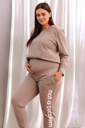 Beżowe dresowe spodnie dla kobiet w ciąży z napisem n.a.p