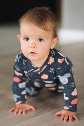 Niebieski pajacyk niemowlęcy w urocze zwierzątka