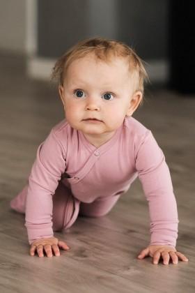 Różowy pajacyk niemowlęcy z delikatnej bawełny